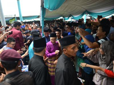Thousands of visitors turned up to meet Prime Minister Dr Mahathir Mohamad during the open house at Seri Perdana in Putrajaya. – The Malaysian Insight pic by Kamal Ariffin, June 15, 2018.